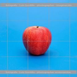 Manzana roja fondo azul